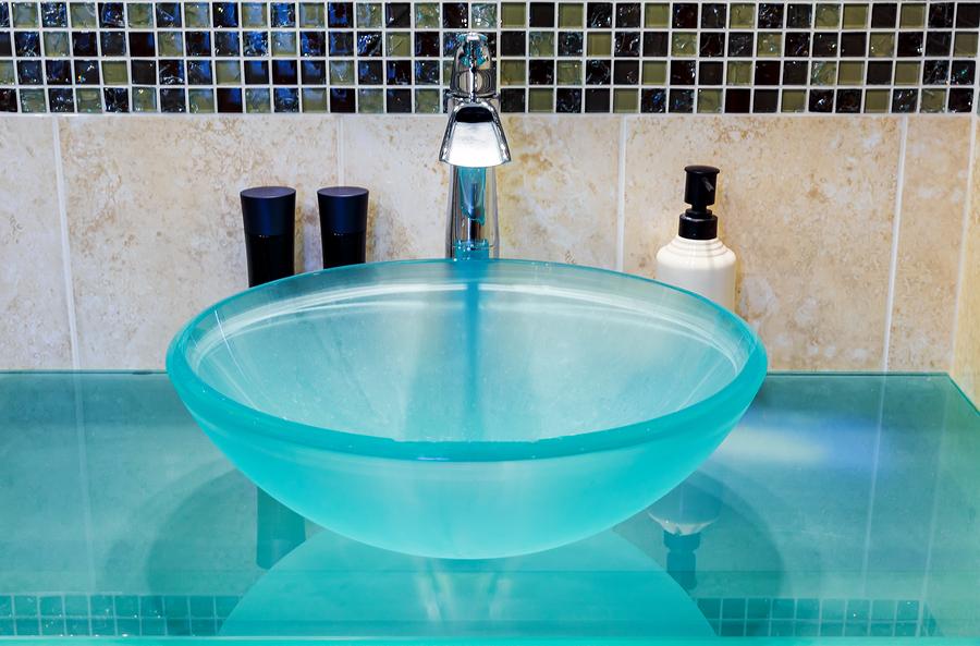 Wunderschönes und elegantes Badezimmer Ambiente mit Waschbecken aus Glas